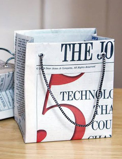 <p>¿Te has olvidado de comprar el papel de regalo? No te preocupes, utiliza una hoja de periódico y monta tu propia bolsa de regalo.</p>