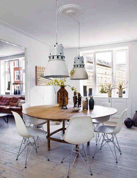 <p>Se completa con las célebres sillas <i>Plastic Chair</i> en color blanco, un diseño de Charles & Ray Eames, que edita Vitra.</p>