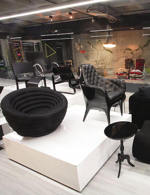 """<p><a href=""""http://www.haaz.info"""" target=""""_blank""""> <strong>Haaz</strong> </a> <strong> </strong>es una galería y tienda con lo mejor del diseño actual <i>(Halide Edip Adivar Bulvari, Çiftecevizlerderesi Sokak, 4, tel. +90 212 210 45 63).</i> </p>"""