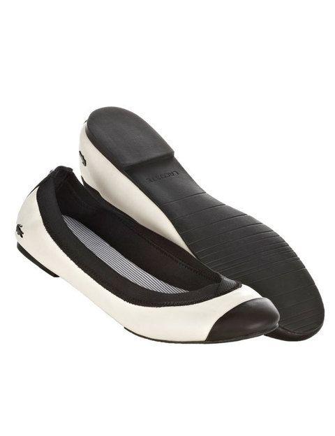 <p>Cómodas y sencillas, las bailarinas se han convertido en el zapato básico e imprescindible de toda mujer. Si todavía ella no las tiene, elige éstas cómodas de <strong>Lacoste</strong> con suela de goma.</p>