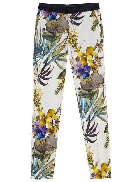 """<p>Los pantalones con flores están arrasando. Hazte con unos como estos en <a href=""""http://www.zara.com/webapp/wcs/stores/servlet/home/es/es/zara-S2012"""" target=""""_blank""""><strong>Zara</strong></a>.</p>"""