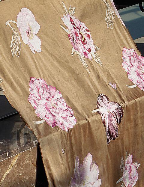 <p>Tonos dorados y bordados en rosa para <i>Imperia</i>, de 136 cm de ancho, 55% seda y 45% viscosa, de Lorca en <strong>Casa & Jardín</strong>, 167,58 €/m.</p>