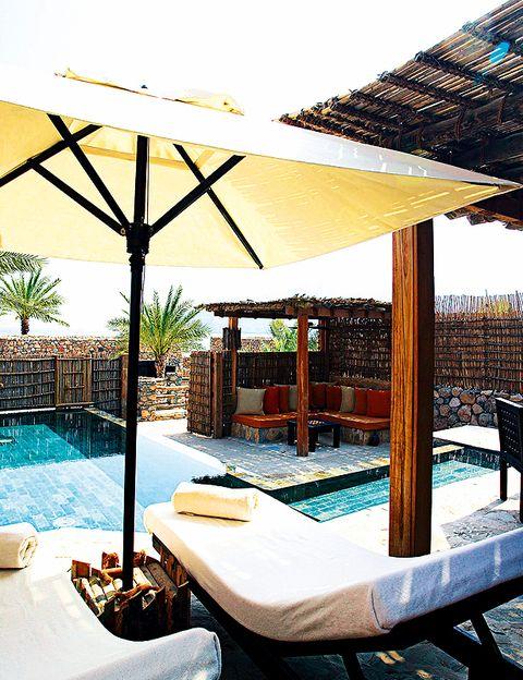 """<p><a href=""""http://www.sixsenses.com"""" target=""""_blank""""> <strong>SIX SENSES HIDEAWAY ZIGHY BAY</strong> </a> <strong> (Omán).</strong> Situado entre las montañas Hajjar y el Golfo de Omán, las vistas dan a un tradicionalpueblecito pesquero omaní. El pequeño spa Six Senses tiene nueve cabinas de tratamiento y dos preciosos <i>hammam</i>. <strong>¿Qué tratamientos ofrecen? </strong>Se trata de regímenes integrales basados en la medicina ayurvédica. Te enseñan cómo llevar una alimentación correcta y a desestresarte. <strong>¿Cómo es la experiencia?</strong> La simplicidad del spa te calma mentalmente y sus tratamientos te nutren por dentro.</p>"""