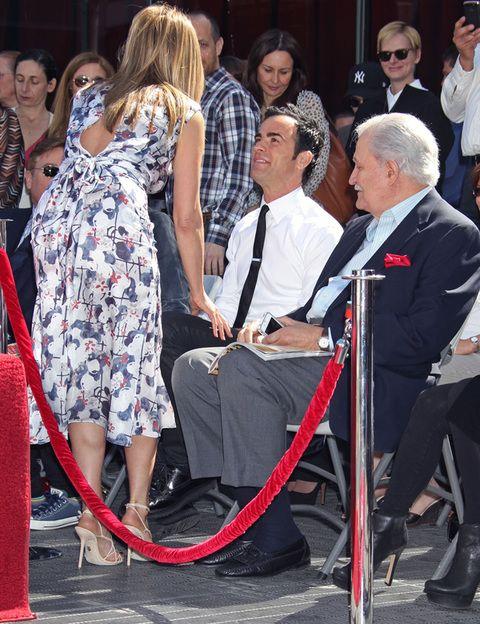<p>Su novio no podía faltar en esta celebración. Justin Theroux se encontraba en primera fila junto al padre de la actriz.</p>