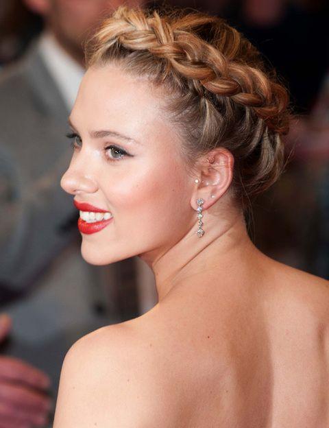 <p>Nos encantó <strong>Scarlett Johansson</strong> con todo el pelo recogido y su trenza diadema coronando el peinado. Unos labios 100% rojos y tiene el 'total look'. Llévala a tu salón de belleza para una ocasión especial.</p>