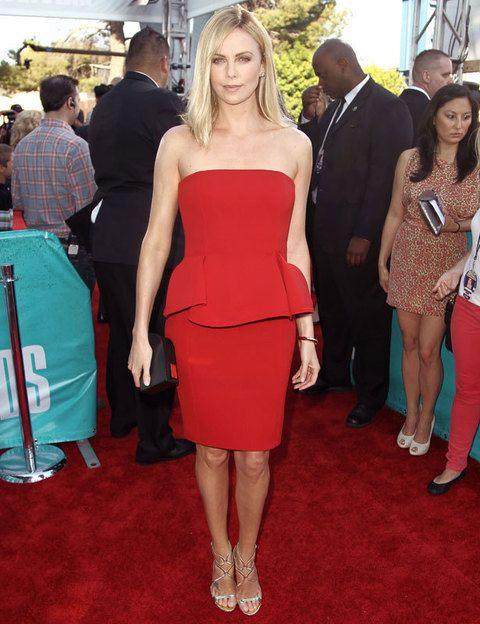 <p>Los vestidos peplum abundan en los photocalls este verano. <strong>Charlize Theron</strong> está radiante con este vestido rojo de <strong>Lanvin.</strong></p>