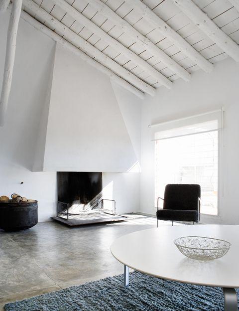 <p>Una vanguardista chimenea preside la zona de estar, iluminada por un aplio ventanal.</p>