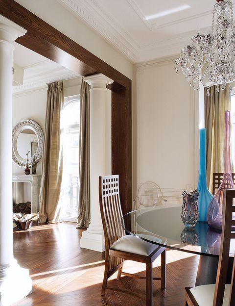 <p>En la mesa, jarrones de <strong>Murano</strong> junto a unas piezas emblemáticas: unas sillas <i>Macintosh</i> que el dueño atesora desde hace años.</p>