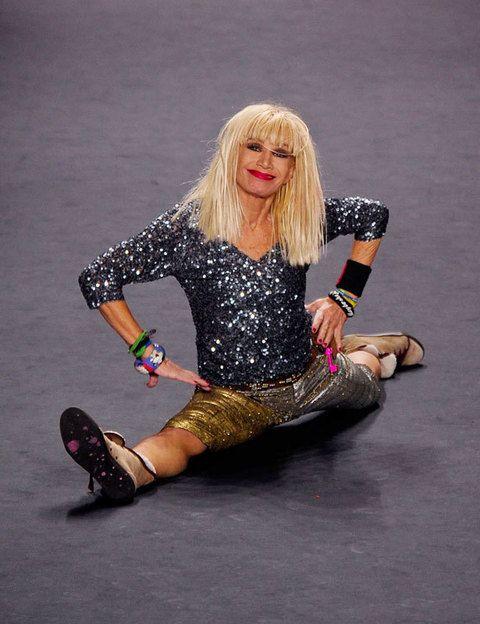 <p><strong>La gimnasta:</strong> la siempre excéntrica<strong> Betsey Johnson</strong> salió haciendo piruetas en su último desfile. No es lo habitual, pero ella, es así.</p>