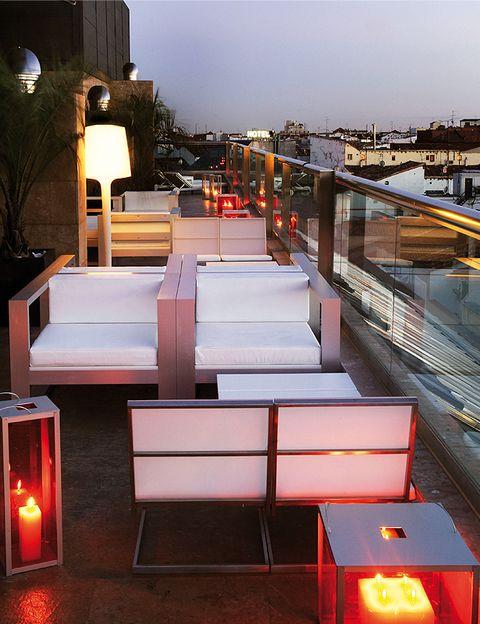 """<p>La terraza del <a href=""""http://www.hotelurban.com"""" target=""""_blank""""> <strong>Hotel Urban</strong> </a> es ya un clásico de la capital. Su horario, de 8 de la tarde a 4 de la madrugada, lo convierte en perfecta para tomarte una copa después del trabajo con tus amigos, cenar en su <strong>restaurante El Cielo del Urban </strong>y adentrarte ahí en la noche hasta que el cuerpo aguante. Su fuerte: la <strong>carta de cócteles</strong> con propuestas tan atrevidas como el Martini de sandía, el Daiquiri de mango o la Caipirinha Pasión. Si eres golosa, prueba el Tiramisú Martini, a base de vodka de vainilla, chocolate negro, nata y <i> </i> <i>amaretto</i>. <i>Carrera de San Jerónimo, 34, Madrid.</i> </p>"""