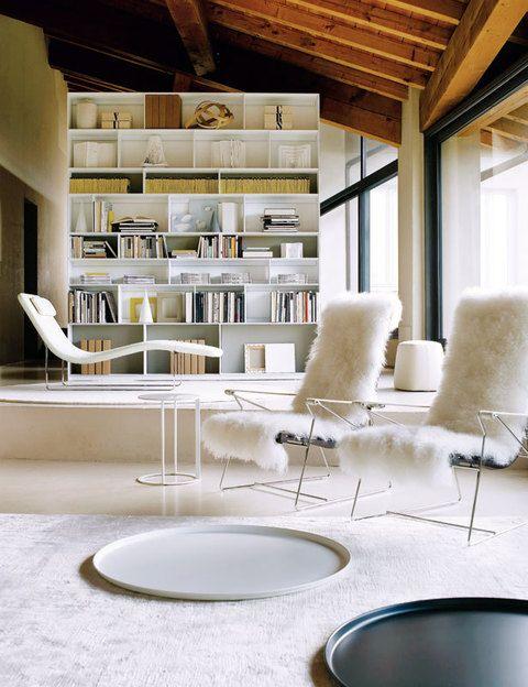 <p>Al fondo, en una altura superior, librería<i> Flat. C,</i> de Antonio Citterio, y chaise-longue <i>Landscape,</i> diseñada por Jeffrey Bernett.</p>