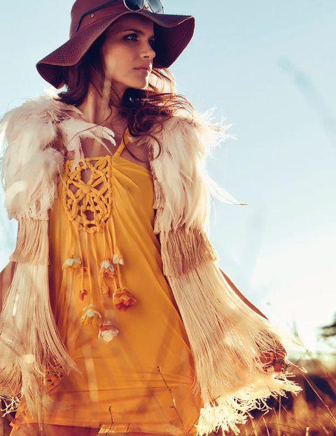 <p>Chaleco de plumas y flecos (800 €), de <strong>Eugenio Loarce</strong>. Vestdo de punto de seda, gafas, colgante de oro blanco con pavé de diamantes, reloj de acero y diamantes y anillos de oro blanco con turmalinas, todo de <strong>Dior</strong>. Pamela de cuero marrón, de <strong>TCN.</strong></p>