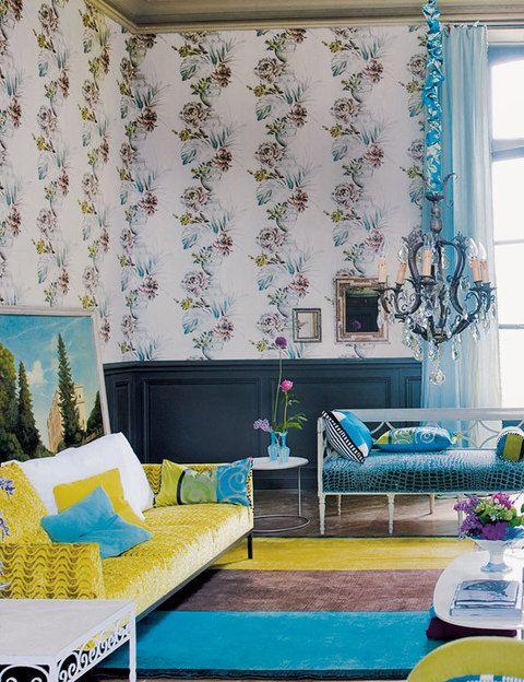 <p>El gusto por lo exquisito es la seña de identidad de este salón, decorado en el más puro estilo british por Designers Guild. El papel pintado es de la col. <i>Zephirine,</i> 90 €/rollo, a juego con la tela <i>Zephirine Travertine,</i> 122 €/m. En el centro, banco con tela <i>Nabucco,</i> 153 €/m. A los lados, sofás mod. <i>Soho:</i> el de la izda., tapizado con terciopelo <i>Phipps Celadon,</i> 142 €/m, y el de la dcha., con tela Montefiore Citrus, 118 €/m. En el suelo, alfombra <i>Battista Aqua,</i> desde 1.239 €.</p>