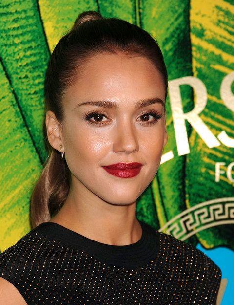 <p><strong>Jessica Alba</strong> elige un tono de rojo muy favorecedor para las morenas: un rojo con base marrón. No apto para pieles claras.</p>