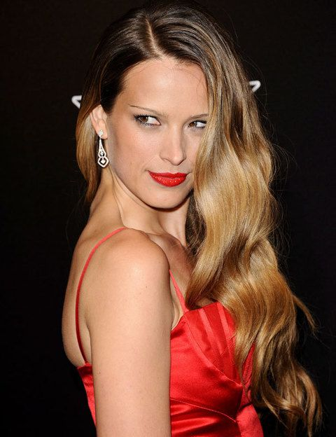 <p>Nos ha gustado este espectacular peinado de la modelo <strong>Petra Nemcova</strong>, ideal si tienes el pelo largo y con un corte recto. Para lucir este peinado, puedes formar tirabuzones con las tenacillas o una plancha fina y después cepillar suavemente para que el bucle se deshaga.</p>