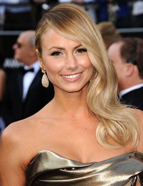 <p>Si tu pelo es menos abundante, toma nota del peinado de <strong>Stacy Keibler</strong>. Haz la raya diagonal y sujeta el pelo en la nuca con un par de horquillas para que no se mueva.</p>