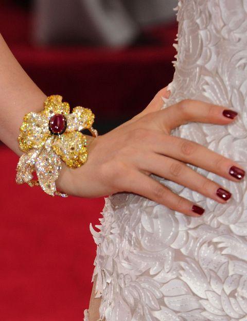 <p>La actriz china<strong> Li Bingbing</strong> lució una de las joyas más espectaculares de la alfombra roja: un impresionante brazalete dorado y rojo con forma de flor.</p>