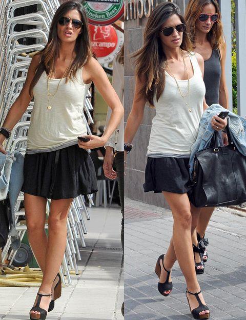 <p>Si por algo se caracteriza el estilo de Sara Carbonero es por ser minimalista y recurrir siempre a prendas básicas. En esta ocasión la vimos por el día con minifalda negra y top blanco.</p>