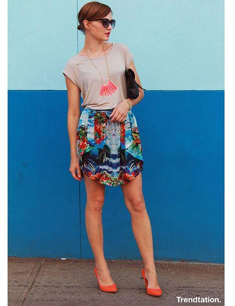 <p>Veronica decide combinar la falda tropical de Zara con una camiseta lisa en color topo, una mezcla sencilla que ella adorna muy bien con complementos en color coral, como por ejemplo el colar o los zapatos. Femenina y muy veraniega.</p>