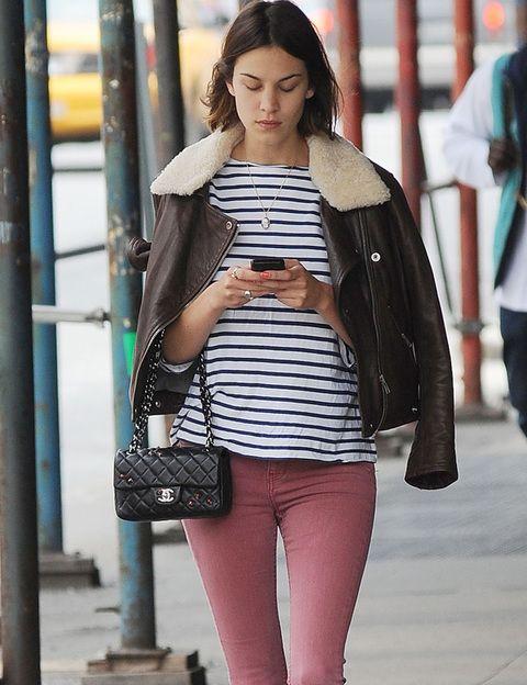 <p>Si por la noche <strong>Alexa Chung </strong>luce vestidos made in Valentino o Chanel, por el día la 'it girl' recurre a un estilo trendy y cómodo con pitillos, jerseys, complementos chic.</p>