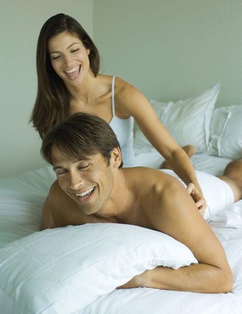 """<p><strong>¿Sabías que en USA esta práctica se conoce como tickling?</strong> Siempre te hacen reír y, con tu pareja, producen una excitación que suele acabar en sexo. Ideal si estáis algo tensos, si no sabes cómo acercarte a él o si quieres probar unos preliminares diferentes. <strong>Psst.</strong> Si quieres que tus juegos sean más sofisticados, prueba a hacerle cosquillas con el precioso plumero Tickle Me Tickler de Bijoux Indiscrets. <a href=""""http://www.bijouxindiscrets.com"""" target=""""_blank"""">bijouxindiscrets.com</a>.</p>"""