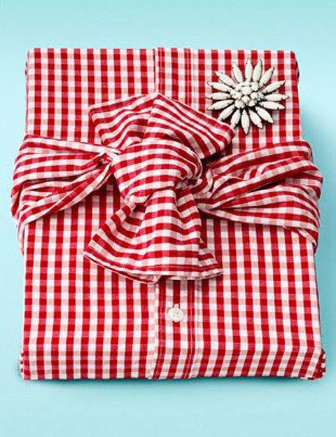 <p>Un envoltorio sin envoltorio. Original, ¿verdad? Dobla la camisa y colócale un broche simulando un paquete.</p>