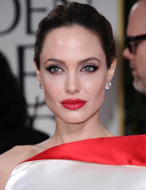 <p><strong>AngelinaJolie</strong>sorprendió con el tono de su vestido, pero también con el de su maquillaje. Un rostro demasiado blanco al que supo restarle importancia con sus marcados ojos y sobre todo con su <i>rouge </i>de labios.</p>