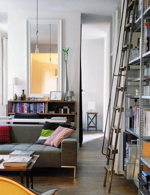 <p>Un sofá de diseño, modelo <i>Alfa,</i> de Zanotta, preside el salón.</p>