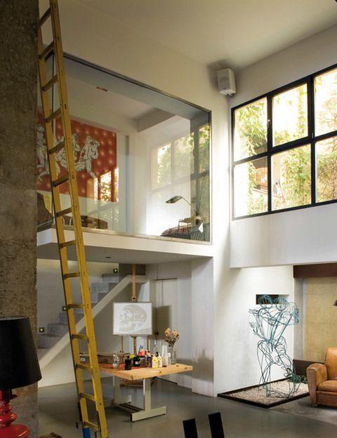 <p>El dormitorio de invitados acoge una chaise-longue de Sigfria Persson, mesita de los años 50 y lámpara Fase, todo en L.A. Studio. En la pared, cuadro La orgía, de García Lozano. </p>