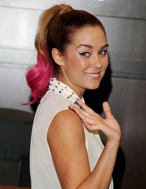 <p>La actriz<strong> Lauren Conrad</strong> no ha dudado en sumarse a esta tendencia tiñendo las puntas de su cabello de rosa fucsia. </p>