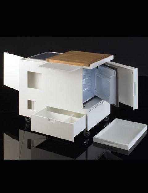 <p> Sorprendente ejemplo de rentabilidad del espacio en 75x90x72 cm, contiene vitrocerámica de inducción, mini nevera para 50 litros, cajones para vajilla y cubiertos, contenedores para almacenar, cajones para botellas y especias, tabla de teca para cortar, una superficie extensible, enchufes para electrodomésticos... Es móvil gracias a cuatro ruedas que giran 360º. </p>