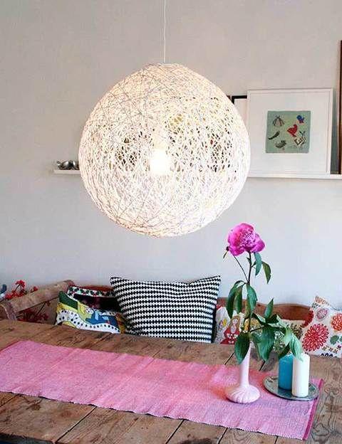 <p>Un resultado súper original y fácil de hacer con una estructura redonda y lana entrecruzada.</p>