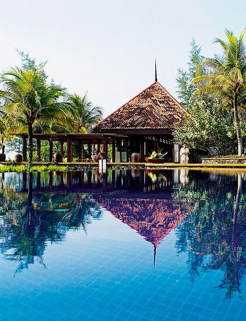 """<p><a href=""""http://www.tanjongjararesort.com"""" target=""""_blank""""> <strong>TANJONG JARA RESORT</strong> </a> <strong>,Terengganu (Malasia).</strong> Diseñado como un típico pueblo malasio, el resort es lujoso pero nada pretencioso. <strong>¿Qué tratamientos ofrecen?</strong> Basados en la filosofía tradicional malasia, el spa utiliza las plantas y flores locales. <strong>¿Qué terapia se recomienda?</strong> Una muy buena idea es apuntarse al Dandan Puteri Tujuh y al Panji Alam (ritual nupcial). El primero se realiza con infusión de pétalos, es un masaje y una limpieza de piel, seguidos de una sauna y, finalmente, de un baño de flores, aceite y leche. <i>Hab. doble: desde 280 €.</i> </p>"""