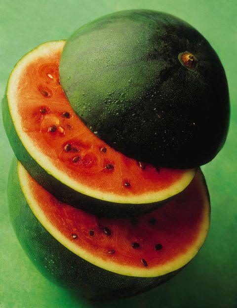 <p>La sandía, fruta de verano por excelencia, es además un magnífico aliado para mantener la línea: está compuesta en su mayor parte por agua, por lo que su cantidad de azúcar es mínima, y su gran concentración de potasio hace que sea un excelente diurético.</p>
