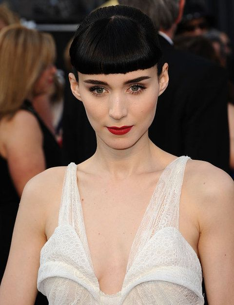 <p><strong>Rooney Mara</strong>, fiel al estilismo que ya ha convertido en seña de identidad: flequillo corto y labios rojos sobre una piel de porcelana. Las cejas, marcadas.</p>
