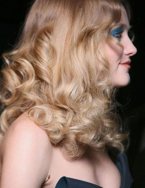 """<p>Cuidado con el champú: elígelo bien. Alguno específico para tu tipo de pelo pero sobre todo: no te lo laves todos los días, cada dos es suficiente. El pelo puede encresparse más. Prueba a mojarlo un poco con agua para que recupere la onda y aplica alguna crema para que se mantenga durante el día. Si aún y todo no puedes resistir el lavarlo, opta por un champú que respete el cuero cabelludo y no lo dañe como este <a href=""""http://compras.elle.es/belleza/cabello-champu/baxter-daily-protein-shampoo-300ml.html"""" target=""""_blank"""">Baxter Daily Protein Shampoo</a> (18 €, 300 ml) es de uso diario con proteinas reforzado con Co-enzima Q10 para nutrirlo y no apelmazarlo.</p>"""