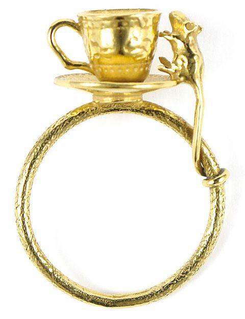 <p>Anillo 'Mouse and Tea Cup' bañado en oro (175 €).</p>