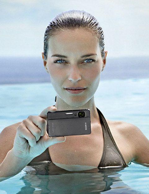 <p>La <strong>Cybershot TX5</strong> es la primera <strong>cámara acuática</strong> de Sony, una compacta todoterreno que también es resistente a los golpes. Llévatela a la playa e inmortaliza tus vacaciones con sus 10,2 megapíxeles. Cuesta alrededor de 290 euros.</p>