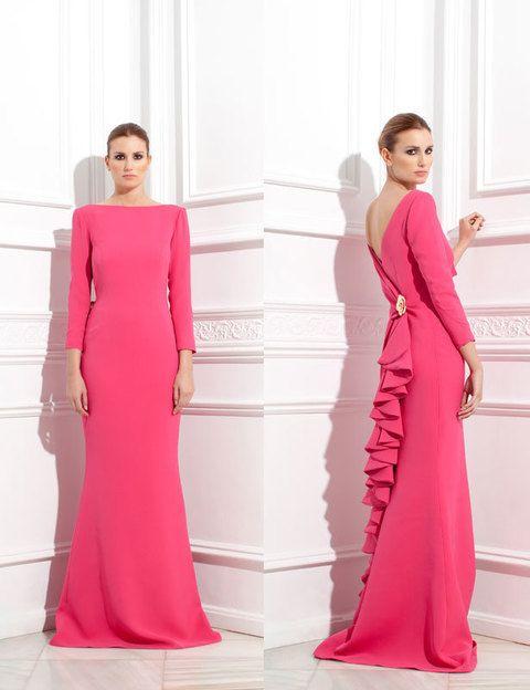 <p>La diseñadora <strong>Vicky Martín Berrocal</strong> reinterpreta su diseño sencillo en rosa para madrinas, añadiendo volantes y un broche en forma de flor, dejando la espalda de la mujer al aire.</p>