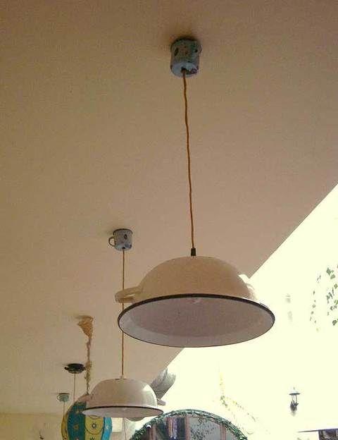 <p>Lámpara hecha con una palangana y una taza, perfecta para colocar en la cocina y darle un toque antiguo.</p>