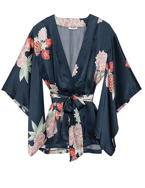 <p>Kimono de seda con mangas murciélago (49 €), de <strong>Etam</strong>.</p>