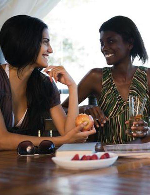 """<p><strong>¿Cuál es el tema de conversación preferido entre tus amigas? </strong>Si es el sexo y además os atrevéis a hablar de todo tipo de secretos en este terreno, estáis siguiendo la tendencia que han puesto de moda muchas famosas al hablar sin tapujos de su vida sexual. Como las presentadoras españolas <strong>Nuria Roca y Tania Llasera, autoras de <i>""""Sexual-mente""""</i> y el """"Sexo Sentido""""</strong> respectivamente, en los que ambas hablan con total naturalidad de sus experiencias sexuales y hacen confesiones muy divertidas. </p>"""