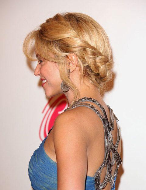 <p>Un peinado similar es el que lució <strong>Shakira</strong> antes de cortar su melena: en este caso, ella actualizó la trenza ladeada trenzándola hacia la izquierda pero dejándola caer hacia la derecha. Para lograrlo, la sujetó en en la nuca con horquillas.</p>