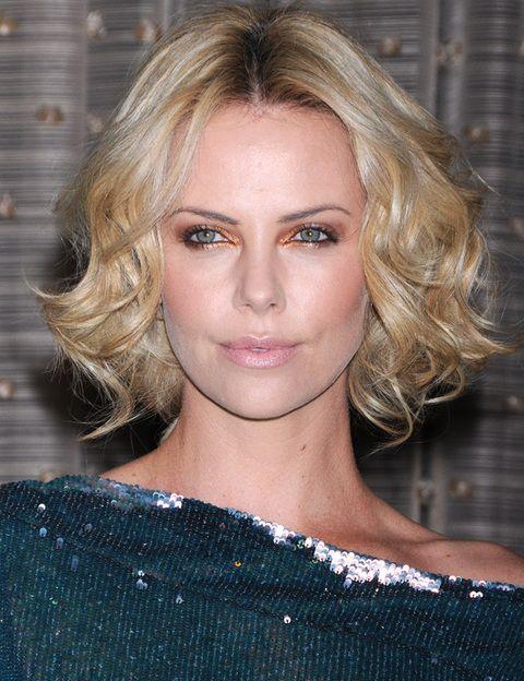 <p>El pelo rizado va perfectamente con este tipo de cara. No tienes más que fijarte en estelook de la actriz <strong>Charlize Theron</strong>.</p>