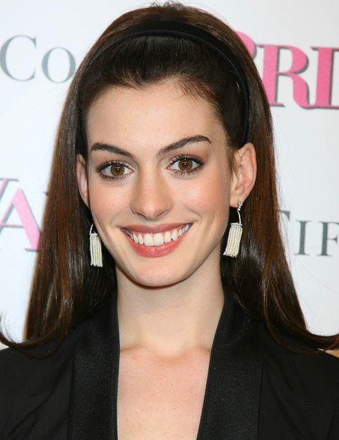 <p>La única pega es que debes evitar los peinados que den volumen en la zona de la coronilla porque alarga el rostro, tal y como le ha pasado a<strong>Anne Hathaway</strong>.</p>