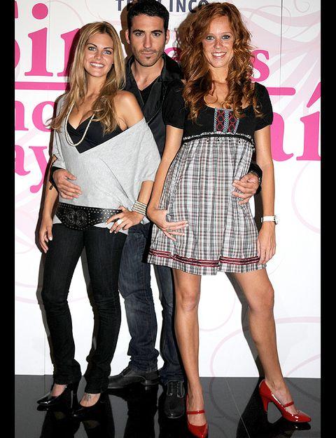 <p>María luce este vestido de Zara junto a dos de sus compañeros de la exitosa serie <i>Sin tetas no hay paraíso</i>.</p>