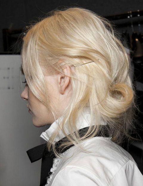 <p>Vive la fiebre del oro con un look inspirado en el Lejano Oeste de finales del siglo XIX. Recógete el pelo, ligeramente ondulado, y fíjalo con horquillas a la nuca. Consigue el <i>total look</i> con una camisa blanca y un lazo negro anudado al cuello.</p>