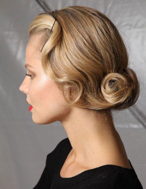 <p>Emula a las irreverentes <i>flappers</i> de los años 20 con grandes ondas en el pelo. Un corte bob, real o simulado con un moño alargado en la nuca, será tu gran aliado. ¿Los labios? Rojos, ¡claro!</p>