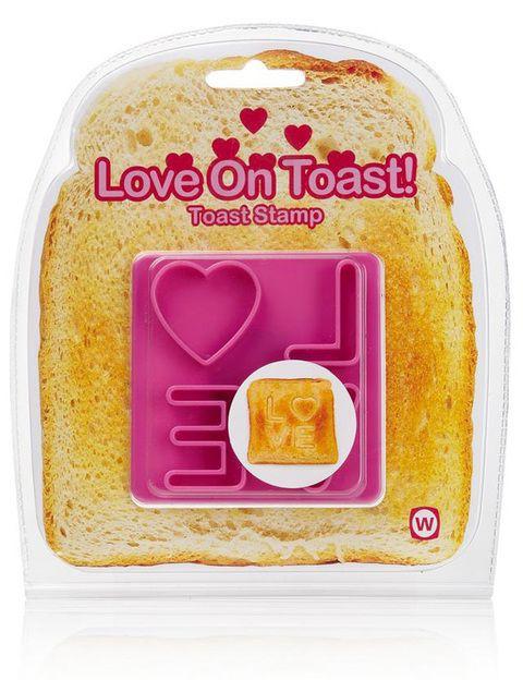<p>Marcador de tostadas 'Love', para comenzar el día comiéndose a besos. Una original forma de marcar los desayunos con creativos mensajes (4,95 €) de <strong>Vips</strong>.</p>