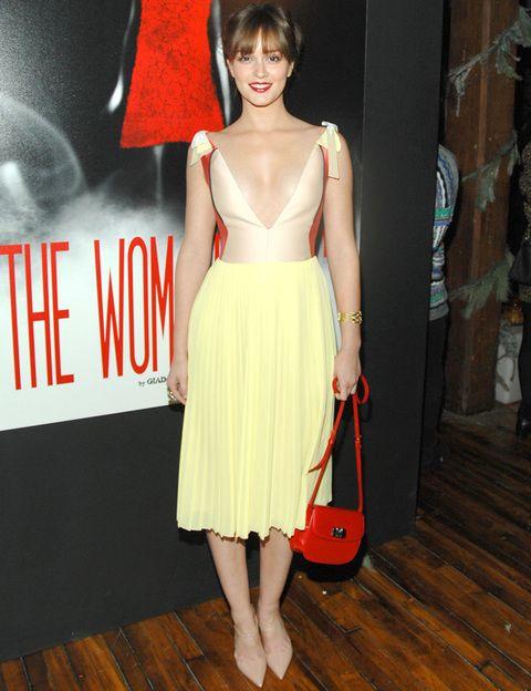 <p><strong>Leighton Meester</strong> es una de nuestras favoritas de la semana con este vestido en tonos pasteles con falda tableada y top nude y naranja con escote en pico. Combinó su <strong>Prada</strong><strong> primavera-verano 2012</strong> con bolso bandolera rojo y zapatos bajos nude. Siempre se agradece ver looks de la próxima temporada y más si son tan chic como el de la actriz de <i>'Gossip Girl'.</i></p>